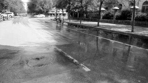 马路喷泉淹脚面。
