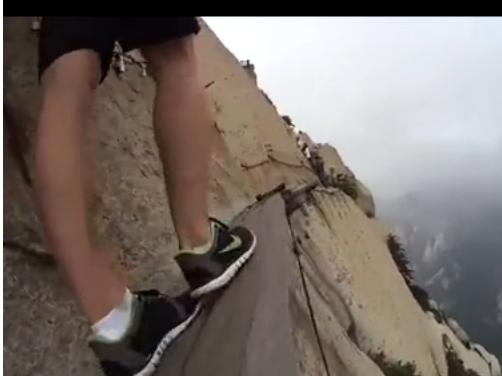 外国小伙第一视角拍摄华山栈道漫步