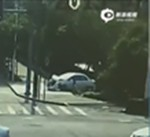 新手司机错把油门当刹车 将车撞飞坠河