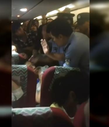 """男子殴打空姐遇警察耍赖不走:""""大家伙救救我"""""""