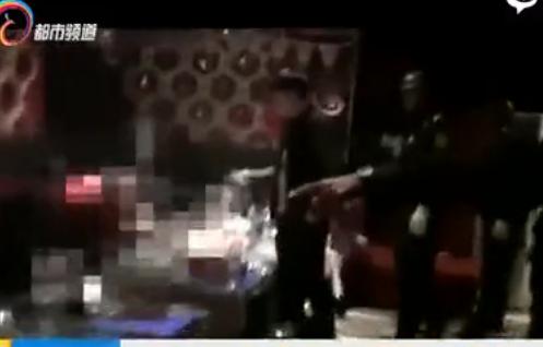 昆明警方扫毒现场 男女包房内聚众吸毒