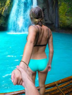 情侣模仿拍牵手背影旅行照图片