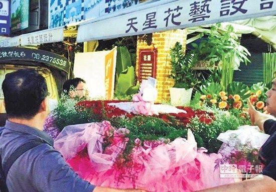 台南市一名台商暗恋某位女孩多年,最近他鼓起勇气送1000朵玫瑰告白,无奈她已有意中人。
