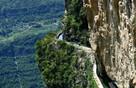 人工灌渠緊貼峭壁蜿蜒數十公里