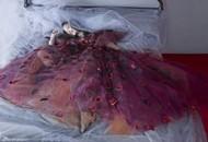 倪妮单身后披婚纱滚床