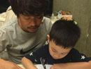王宝强辅导儿子写字