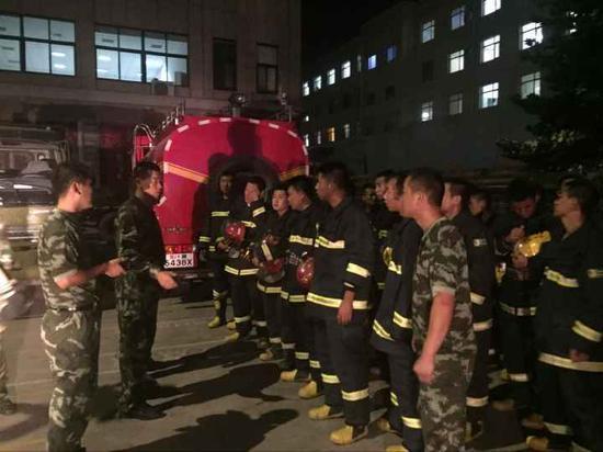 8月13日晚9时,沧州市公安消防支队集结待命,随时赶赴现场展开救援。李玺峰摄
