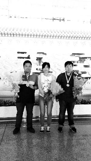 男子冠军祁观、女子亚军汪清清、男子季军兰志仁凯旋(从右至左)