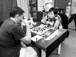 祁观(右)在比赛中
