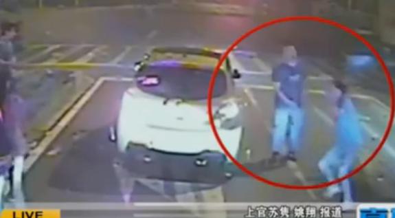 公交女司机按喇叭激怒男子 遭其铁锹暴打开车撞