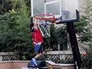 田亮把儿子挂篮球框