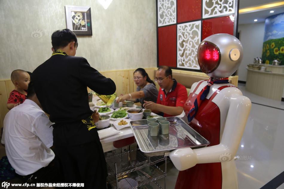 餐厅现女机器人 声音甜美