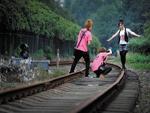 5中学生铁轨拍照逼停火车