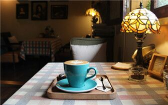 隐匿旧街的复古咖啡馆