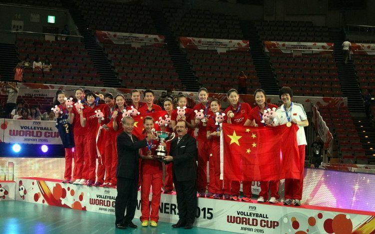 中国女排登领奖台捧杯时刻