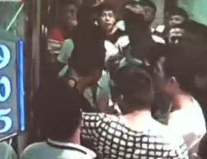 监控:服务员不慎撞倒客人小孩 遭20多人群殴