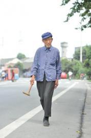 奶粉当零食百岁老人每天徒步5公里(组图)。