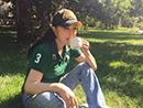 刘晓庆坐草地喝咖啡