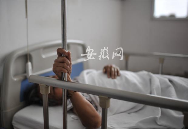 老太在医院等待手术。