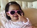 大S女儿戴墨镜耍酷