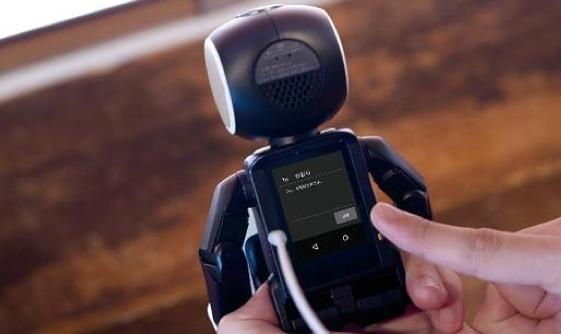 或明年推出 夏普RoBoHoN机器人手机亮相