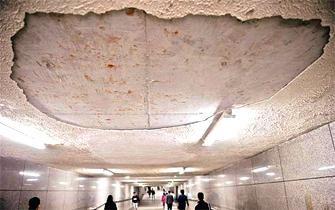武昌火车站地下通道掉水泥块