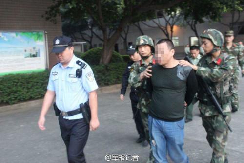 出租车冲向武警总队 疑似遭毒贩挟持