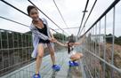 中国首条高空透明玻璃吊桥开通