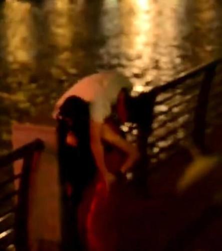 据网友爆料,10月20日晚,四川成都九眼桥附近河边,一男子因喝醉酒无法行走坐在桥墩上,旁边一红衣女子劝阻半天不动后,自己肩扛男子离去