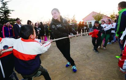 黄晓明baby婚后首次合体 未度蜜月回青岛做公益