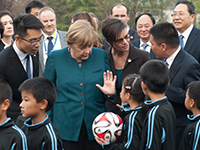 默克尔走进合肥一小学 送签名足球