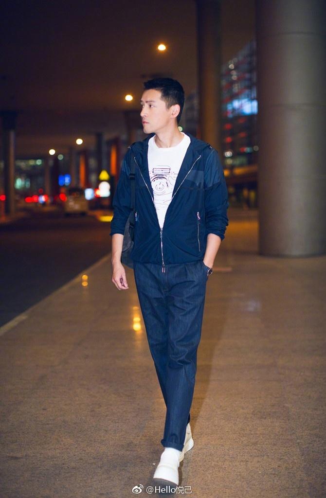 胡歌t恤搭配牛仔裤及运动鞋现身北京国际机场图片
