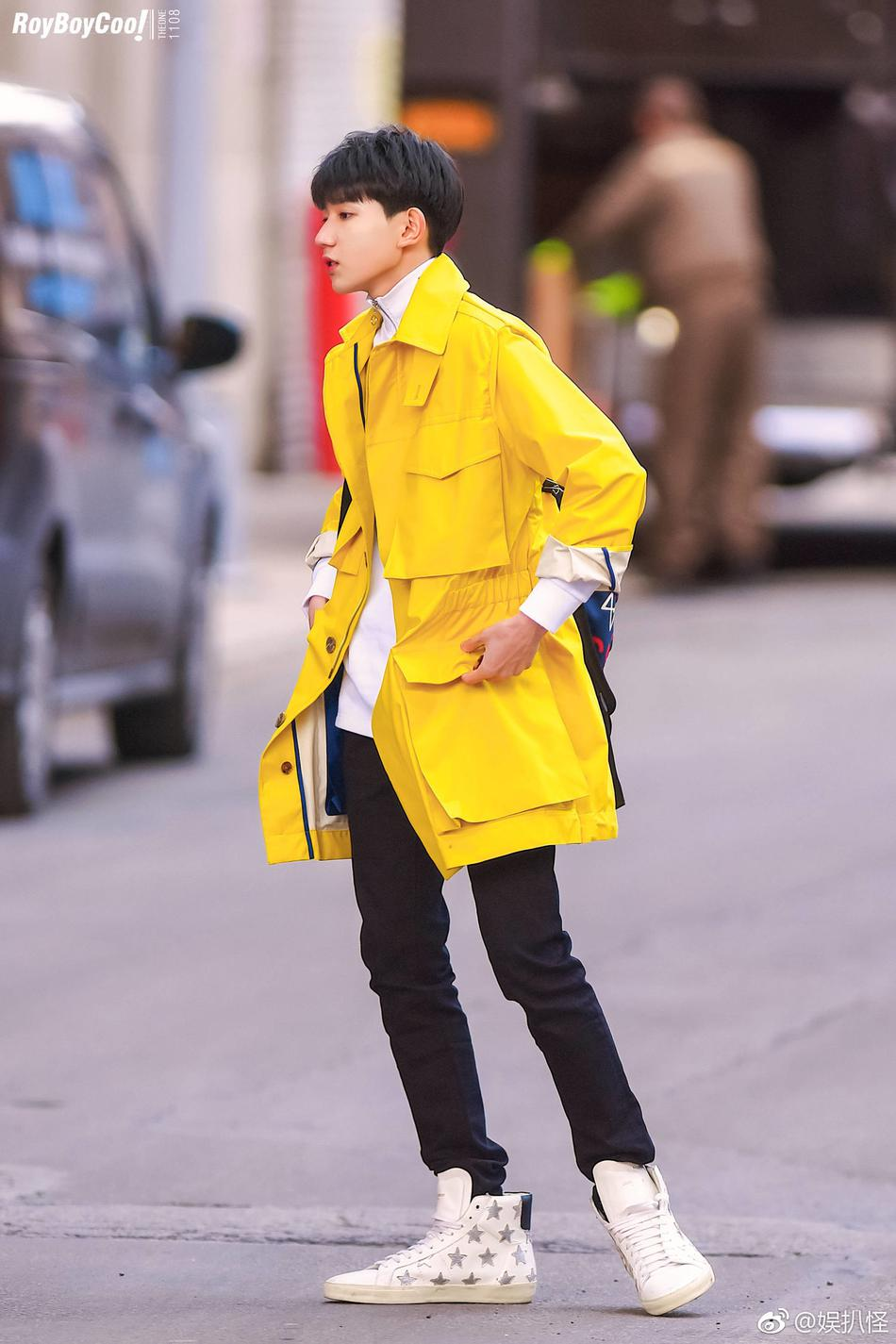 近日,一组王源在纽约街头街拍的照片曝光,他身穿白色毛衣搭配柠檬图片