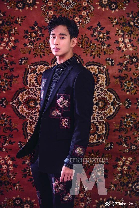 画报中的金秀贤完美驾驭了复古风格的西装,强烈的专注眼神增添了