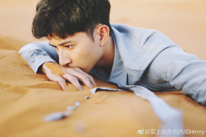 """2017年7月6日,刘洲成微博发出一组自己的照片,配字""""戏很多 指"""