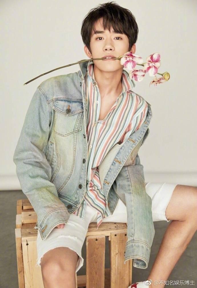 组图 王俊凯易烊千玺最新写真 诠释花儿与少年 帅气十足