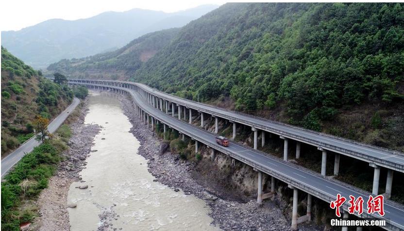图为空中俯瞰京昆高速德昌境内的永郎至乐跃段。 刘忠俊 摄