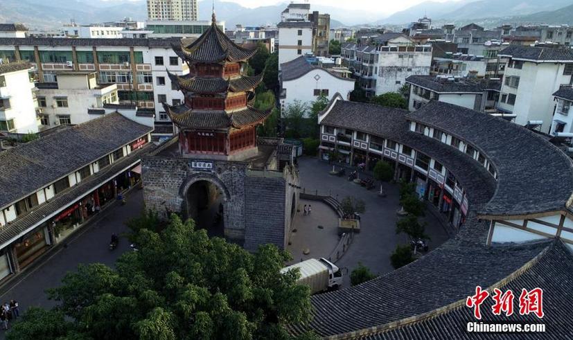 图为空中俯瞰德昌县城的钟鼓楼,该楼始建于清道光18年(公元1838年)。 刘忠俊 摄