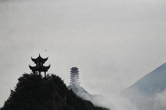 """重庆:绝壁之巅盛开""""悬崖之花"""""""