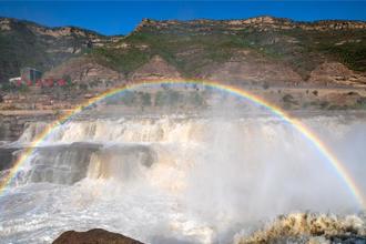 黄河壶口瀑布再现霓虹戏水景观
