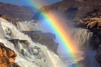 黄河壶口瀑布现冰凌素裹彩虹戏水