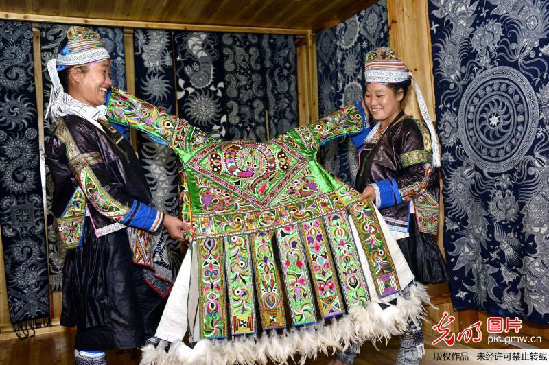 一套百鸟衣能卖到数万元.贵州省非物质文化遗产苗族服饰省级代表图片