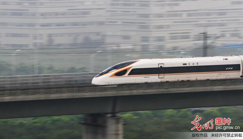 当日起,全国铁路实施新的列车运行图,京沪高铁开行7对时速350公