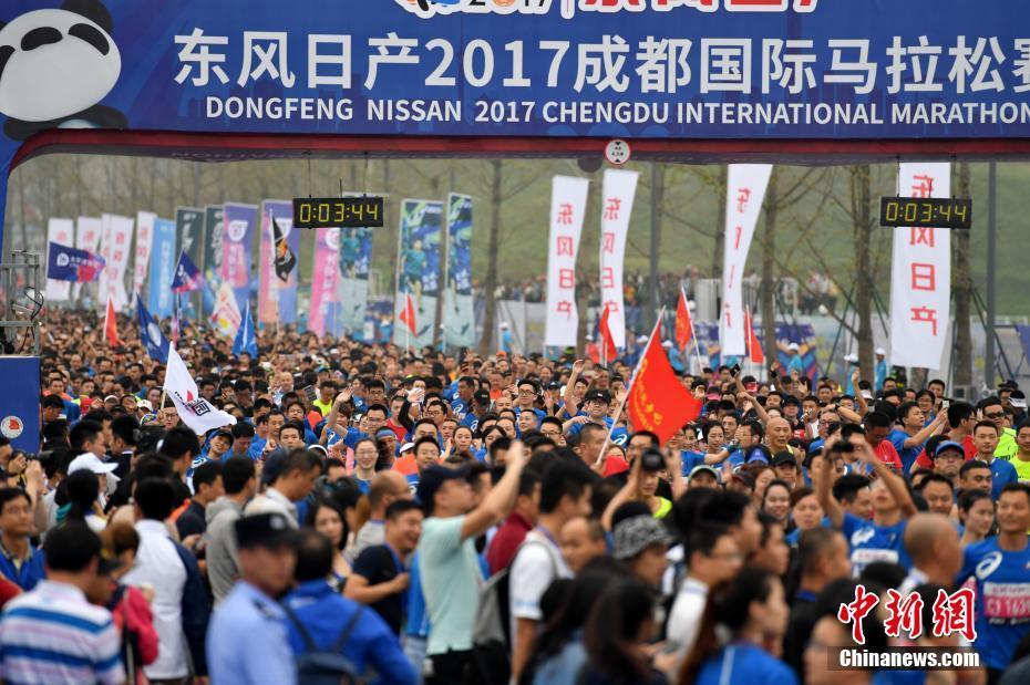 017成都国际马拉松在成都市天府新区西博城鸣枪开跑,吸引了约2万
