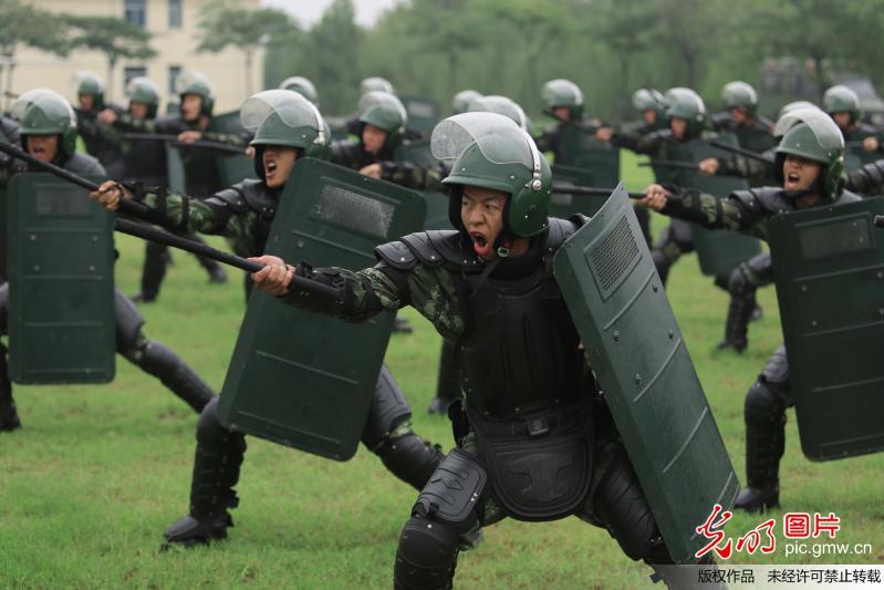 蒙蒙细雨,驻豫武警8680部队新兵开训动员在炮火声中拉开帷幕.练图片