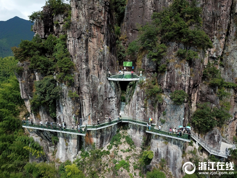 月6日,丽水市遂昌县南尖岩景区,游客们行走在玻璃栈道上,体验
