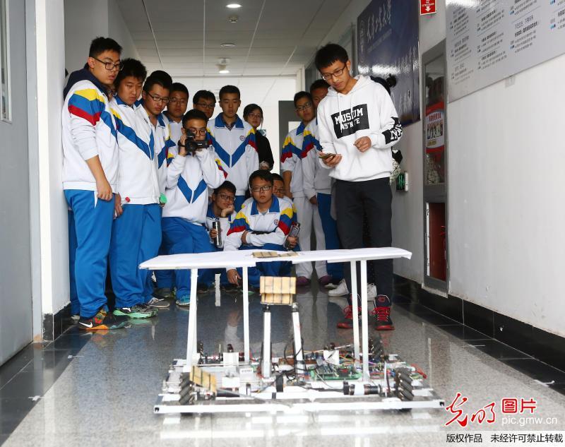 天津市第四十三中学的学生在天津工业大学电气工程与自动化学院参