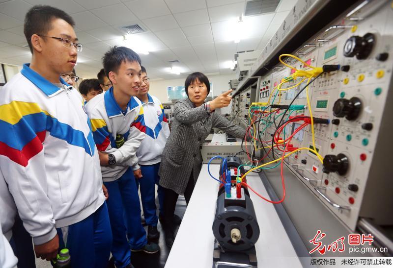 天津市第四十三中学的学生在天津工业大学电气工程与自动化学院的