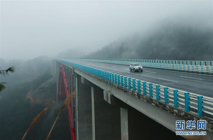 月2日,车辆在兰海高速遵贵扩容工程道路上行驶.当日,兰海高速