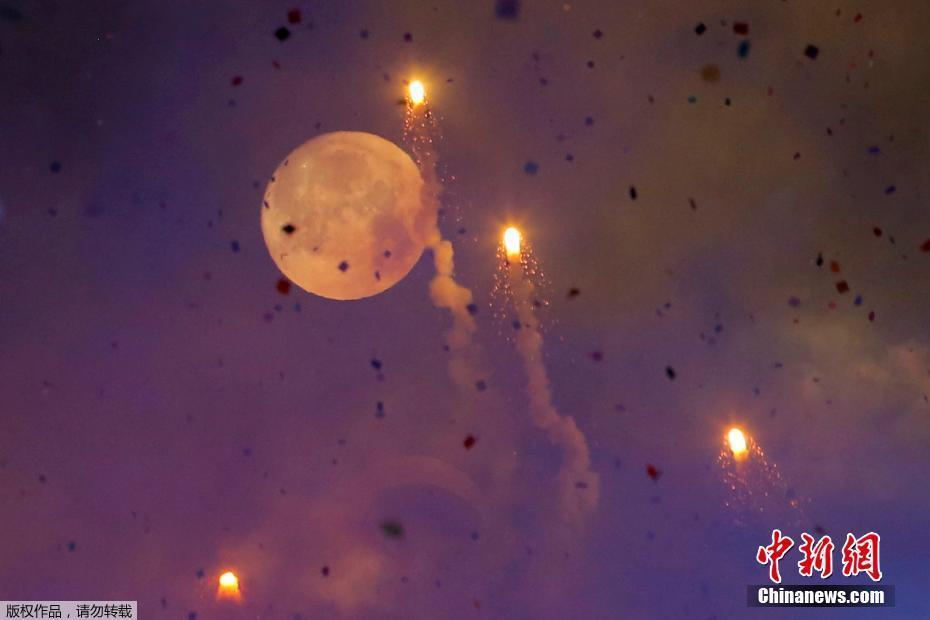 """极具观赏价值.图为当地时间1月1日,美国纽约时代广场,""""超级月"""